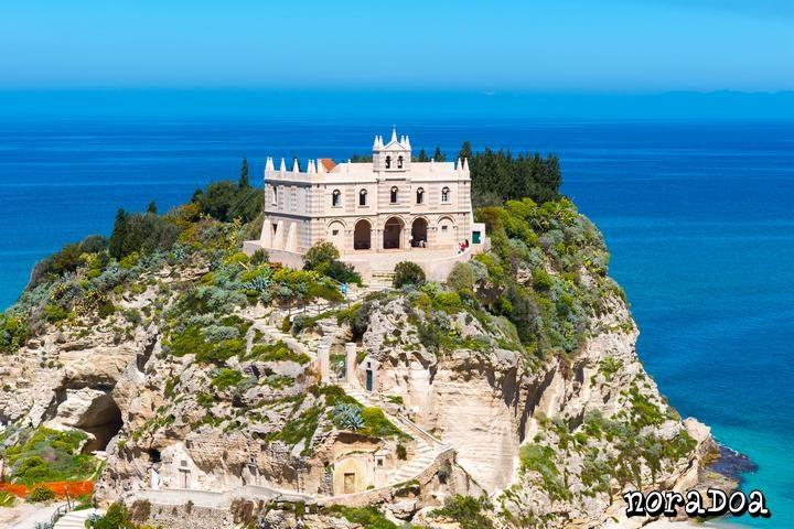 Santa María dell'Isola en Tropea, Calabria (Italia)