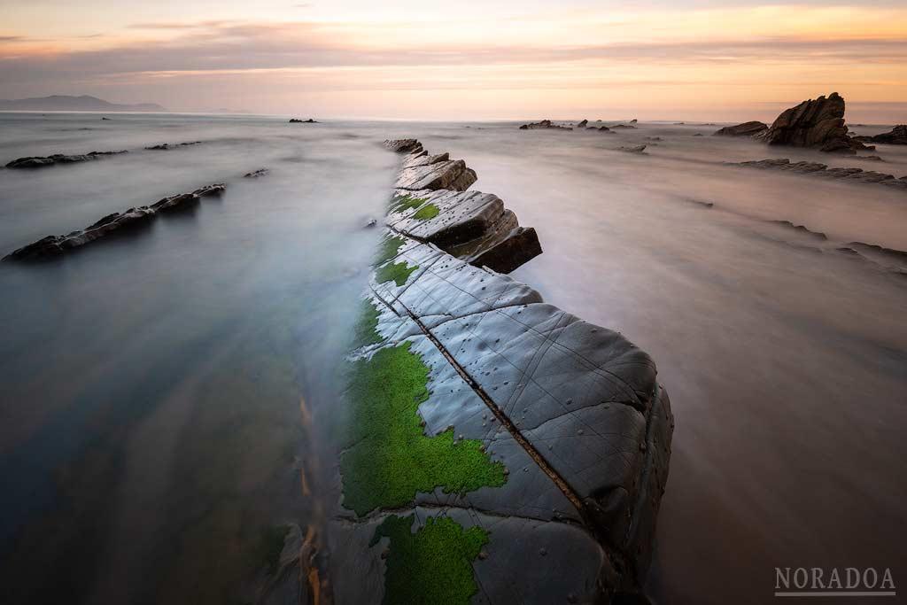 Rocas de las playa de barrika al amanecer