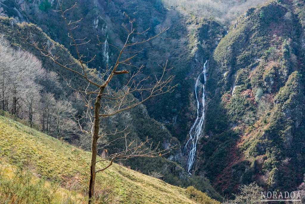 Cascada de Aitzondo en el parque natural de Peñas de Aia