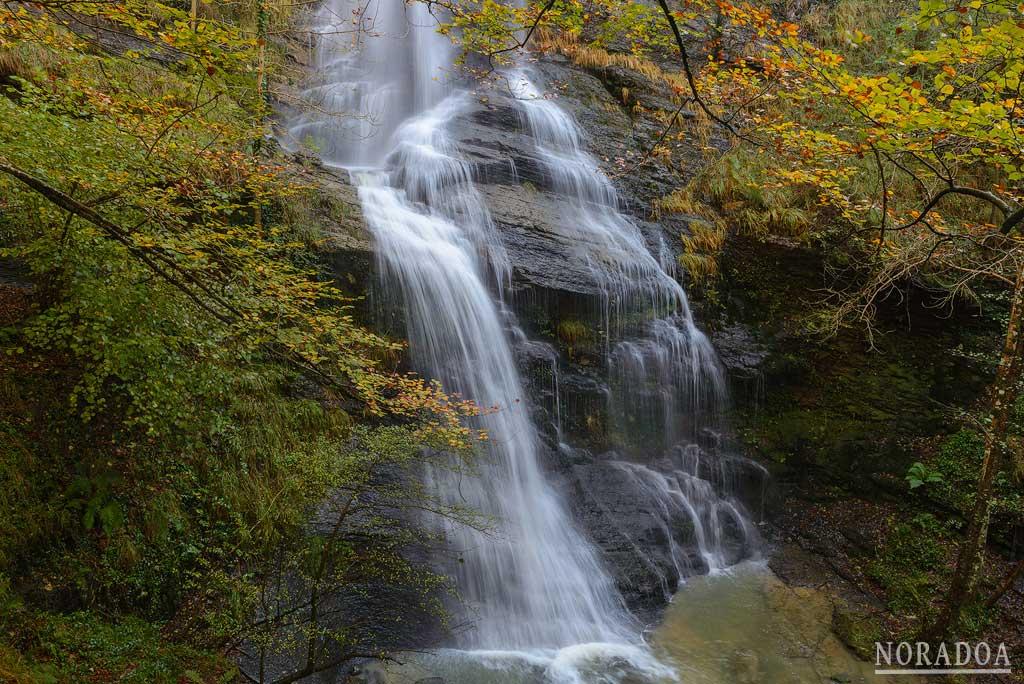 Cascada de Uguna en el parque natural del Gorbea