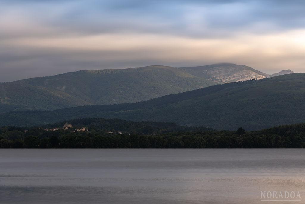 Embalse de Urrúnaga al amanecer con el monte Gorbea de fondo
