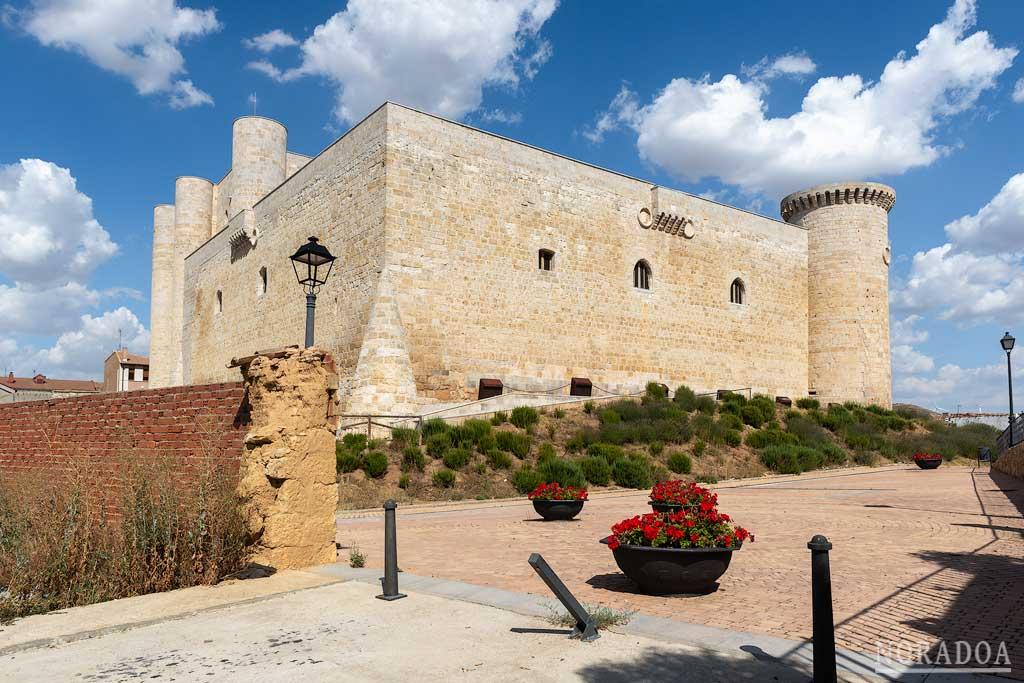 Castillo de los Sarmiento en el pueblo de Fuentes de Valdepero
